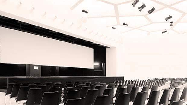 Konferenzsaal für Vorträge und Tagungen mit Bestuhlung.
