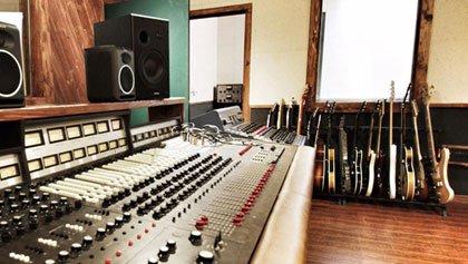 Tonstudio, Gitarren, Mischpult.