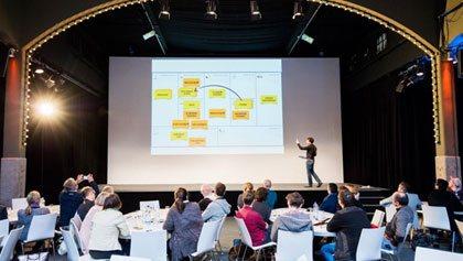 Tagungstechnik mit Bühne und Bestuhlung.